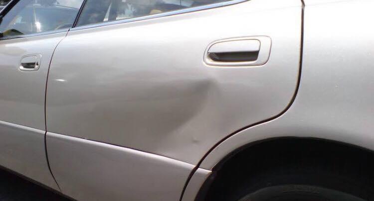 3-årige søn lavede bule i naboens bil - efterfølgende fik moderen sig noget af en uventet regning.