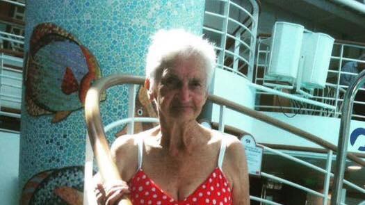 90-årig kvinde iførte sig bikini - Nu hylder hele verden hendes billede