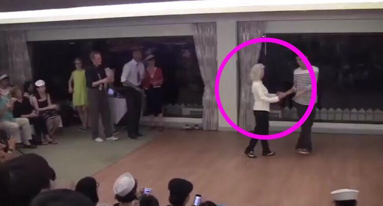 Publikum taber kæben da de ser 90-årig kvinde overtage dansegulvet.