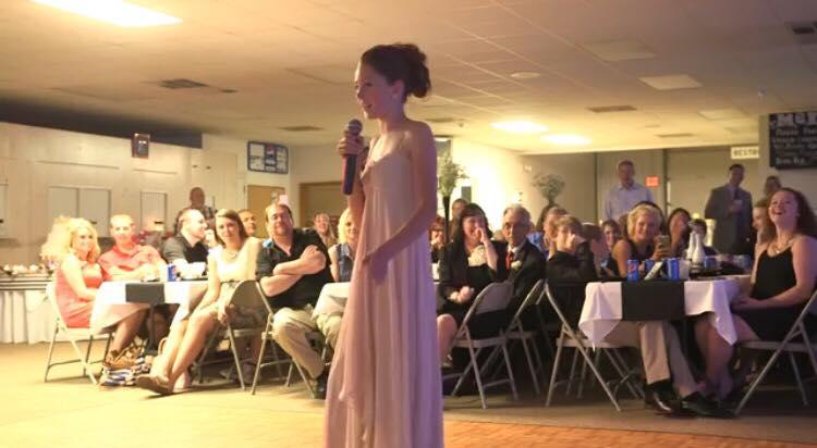 Lillesøster holder tale til søsters bryllup - hun advarer gæsterne og får dem til at skraldgrine