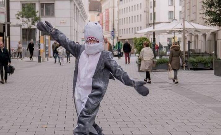 Mand klædt ud som haj - fik bøde da han brød burka-forbud