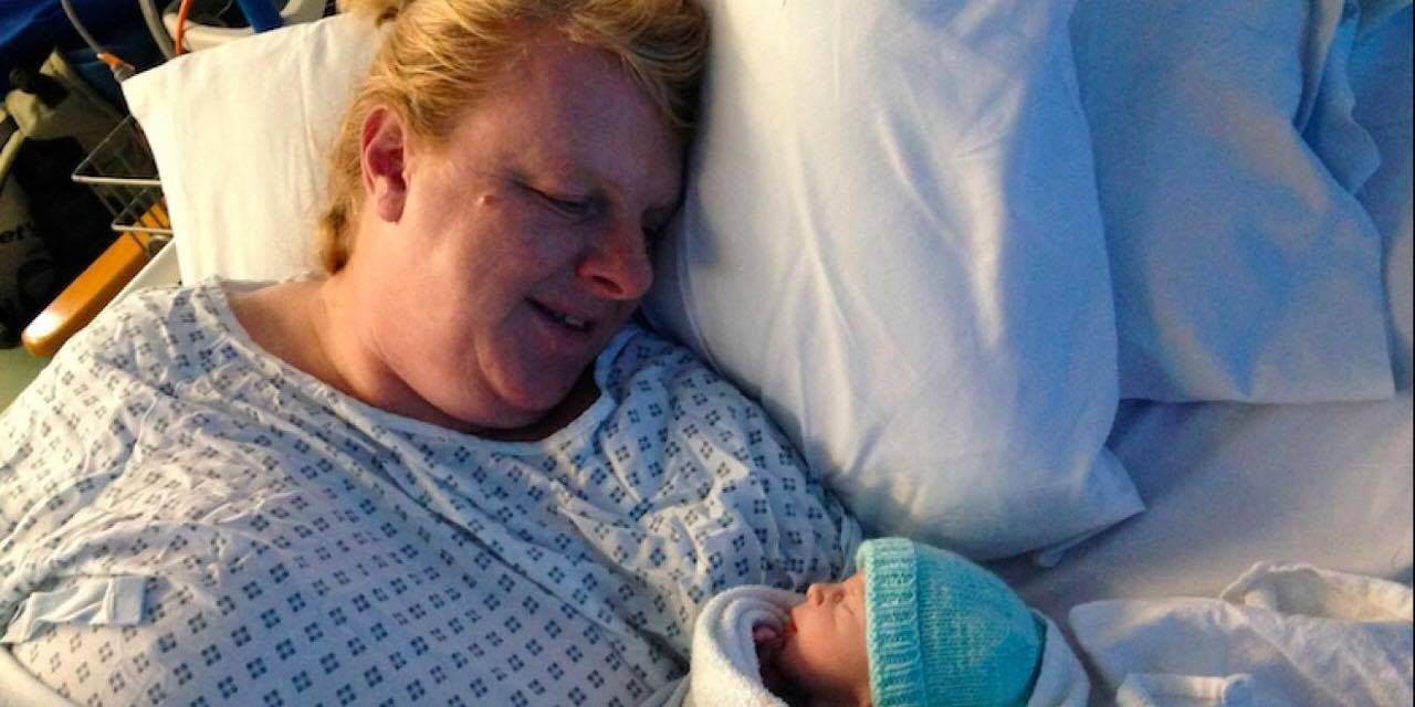 48-årig kvinde har haft 18 ufrivillige aborter - Nu har hun endelig født sit aller første barn