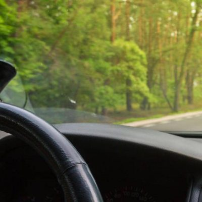 Hustru sludrede på livet løs med svigerinde i bilen - efter 60 kilometer opdager hun, at hun har glemt sin mand