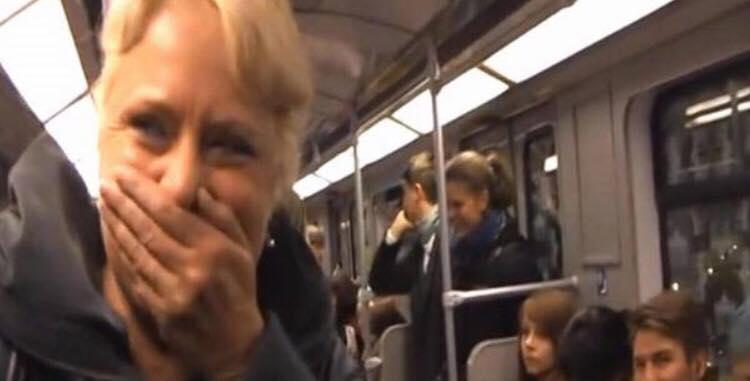 Kvinde kan ikke lade være med at grine i metro - se den uventede reaktion i vognen
