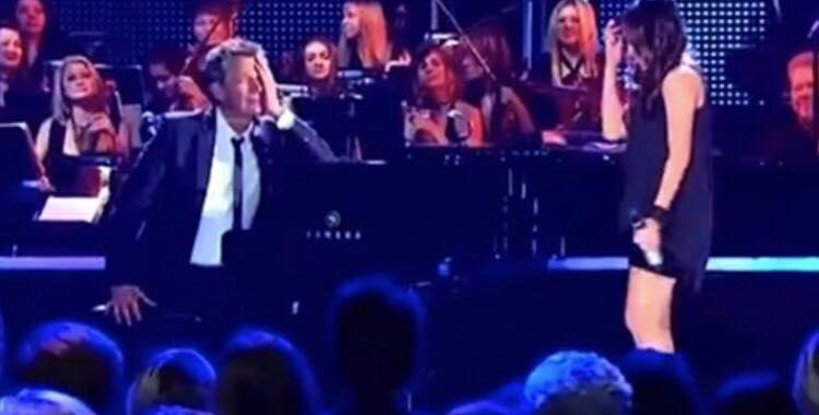Pianist tror ikke sine egne ører, da han hører denne pige synge ''All By Myself''