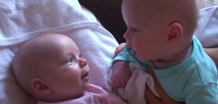 Tvillingerne taler deres helt eget babysprog - deres utrolige charme vil med garanti få dig til at trække på smilebåndet