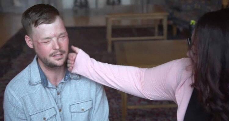 16 måneder efter hendes mands selvmord, får enken hans ansigt at se igen - men på en anden mand