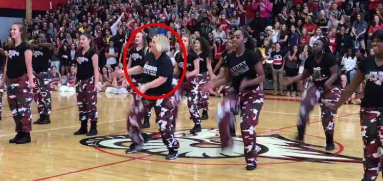 Pludseligt hopper rektoren ind i den avancerede dans - se hvordan hun chokere sine elever