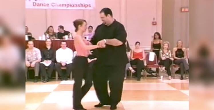 Overvægtig mand chokerer publikum med helt utrolig dans