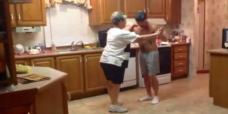 Søn tager fat i moderens hånd da yndlingssangen bliver spillet - nu er deres dans gået viralt