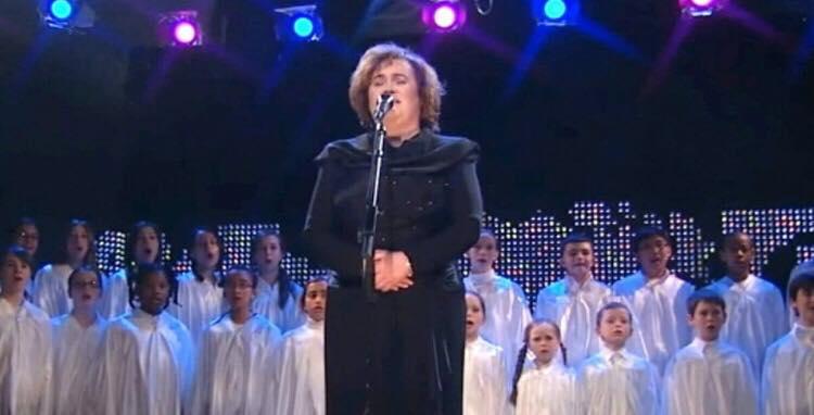 Susan Boyle får publikum til at tabe kæben med sin utrolige version af nummeret ''O Holy Night''