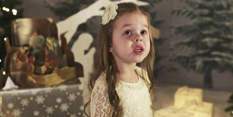 4-årig lille pige skaber den perfekt julestemning med dette julenummer: ''Glade Jul''