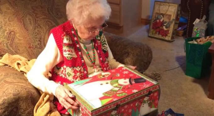 Bedstemor åbner låget på sin julegave: bryder sammen i tårer, da hun opdager familiens overvældende overraskelse