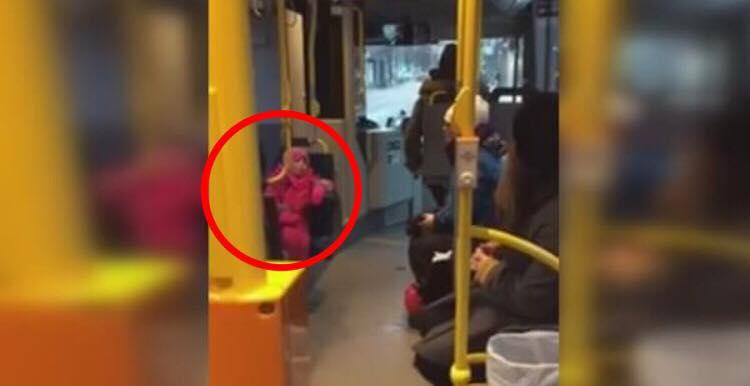 Lille pige begynder pludseligt at synge en julesang i bussen - så overrasker buschaufføren alle!