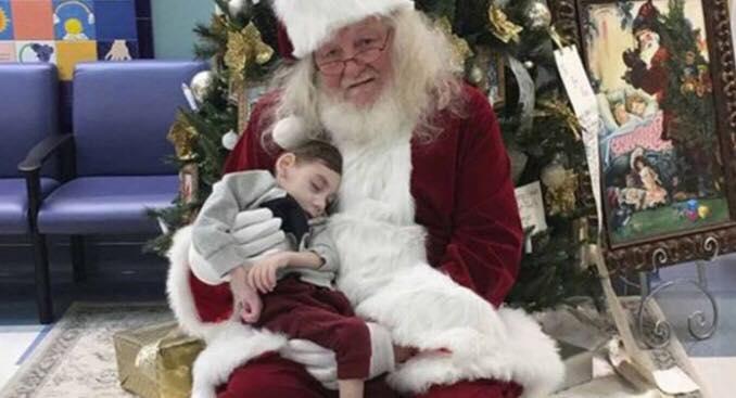 Julemanden skynder sig til hospitalet - skal opfylde dødsyg 2-årige drengs aller sidste ønske