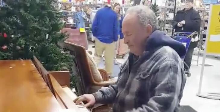 Mand sætter sig ved klaveret - blot få sekunder senere tryllebinder han alle i butikken!