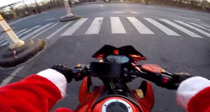 Motorcyklist klædt ud som julemand, er vidne til en ulykke - formår at fange gerningsmanden
