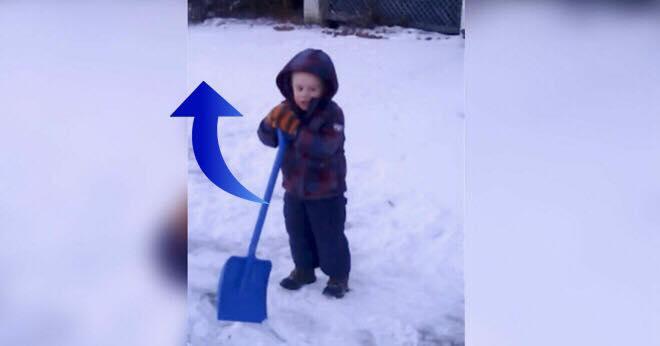 Hun beder sin søn skovle sne - så får han en idé, der får alle til at grine