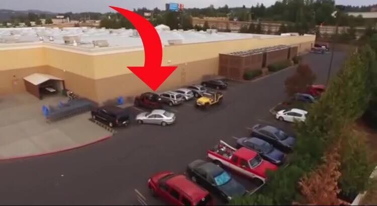 Bilisten stjæler parkeringsplads foran en anden - så får bilisten lov til at smage på egen medicin