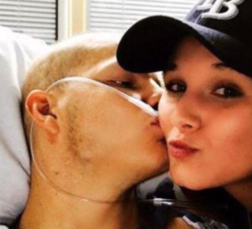 19-åriget ung mand fik diagnostiseret kræft og havde blot få uger tilbage af livet - besluttede sig for at gifte sig med sin gymnasiekæreste