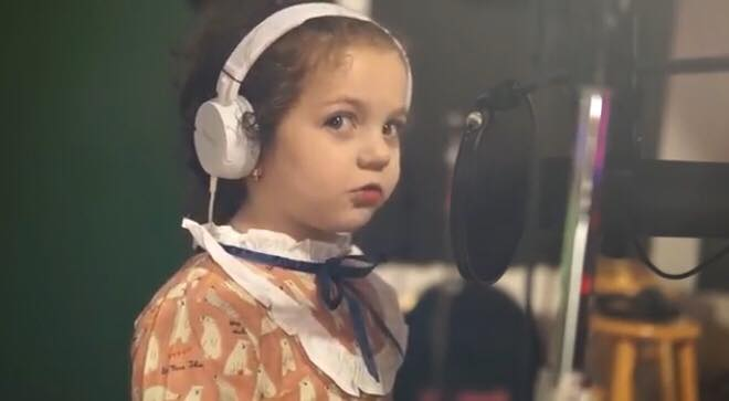 5-årig charmetrold smelter alles hjerter med sin Sinatra-fortolkning