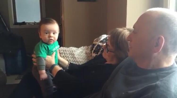 Bedsteforældrene vil lærer babyen at snakke - de chokeres af hans første ord