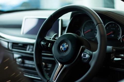Vittighed: Hun låner sin mands bil og den bryder sammen - konens brøler har nu fået alle til at grine