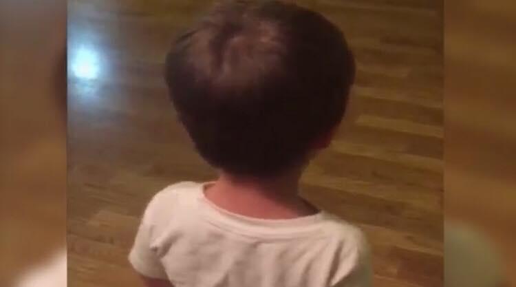 Lille dreng stjal barbermaskine på badeværelset - se nu hvor han vender sig om
