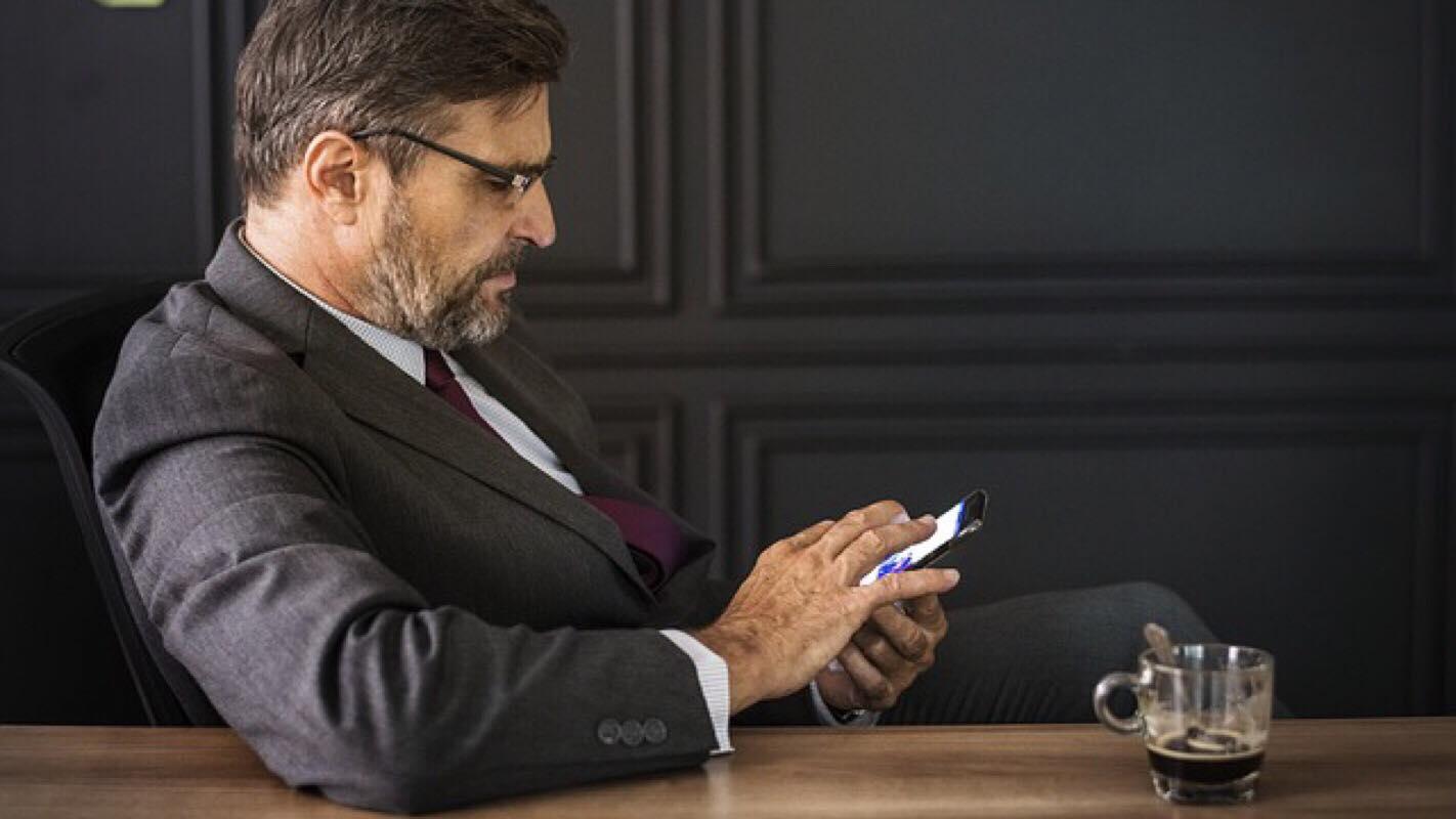 Vittighed: Bekymret chef ringer hjem til medarbejder - så indser han den store hemmelighed