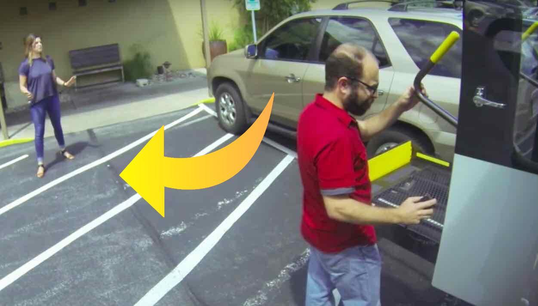 Kvinde parkerer ulovligt på handicapparkeringsplads - så får hun en lærerstreg hun sent vil glemme