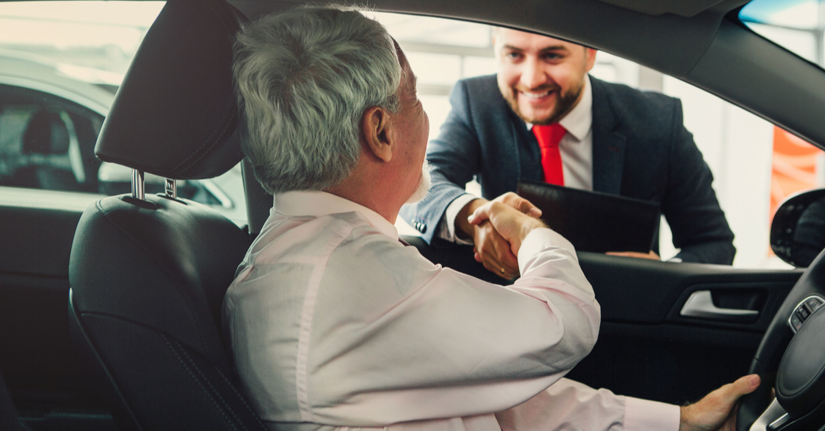 Vittighed: Han bliver snydt af snedig bilsælger - 2 uger senere åbner sælgeren postkassen og får kaffen galt i halsen