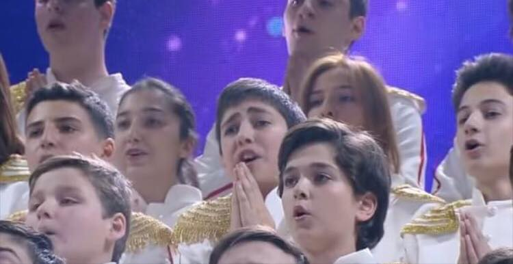 Børnekor synger sangen ''Bohemian Rhapsody'' - giver publikum gåsehud