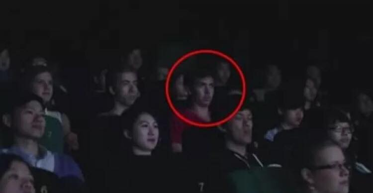 Han fik en sms, mens han sad i biografen - hvad der så skete, er yderst tankevækkende