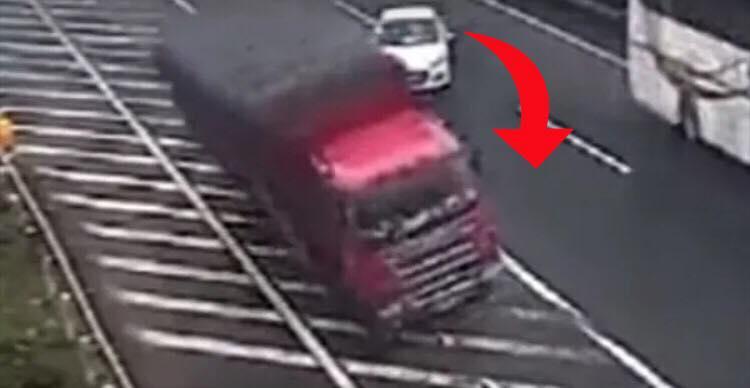 Føreren i hvid bil beviser toppen af dumhed på motorvejen - resulterer i frygtelig ulykke