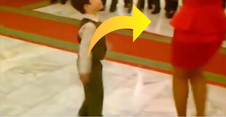 Lille dreng byder voksen kvinde op til dans - se nu hvor de forbløffer alle omkring sig