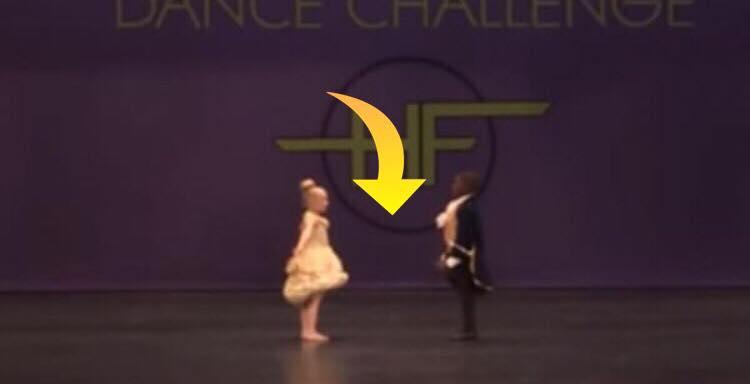 Børnene kigger hinanden i øjnene - få sekunder senere sker der mirakler på dansegulvet