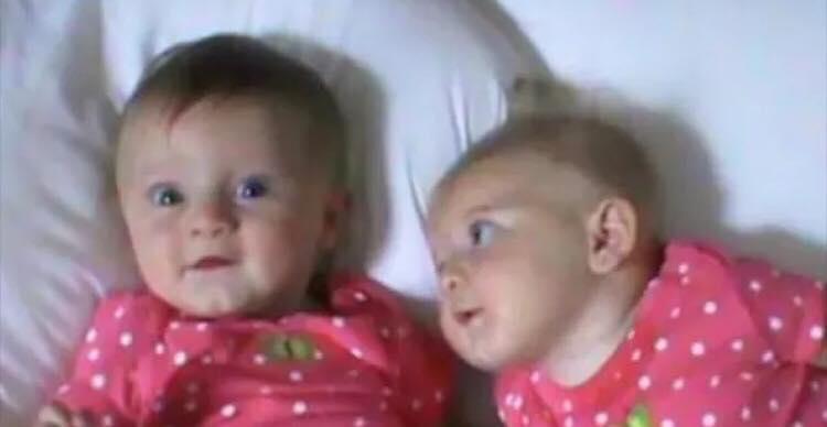 Moren filmer sine tvillingepiger på sengen - hvad hun fanger er hysterisk morsomt!