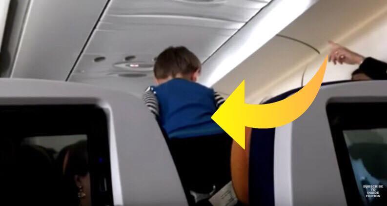 3-årig dreng viser forfærdelig opførsel under flyvetur, mens moren vælger ikke at gribe ind