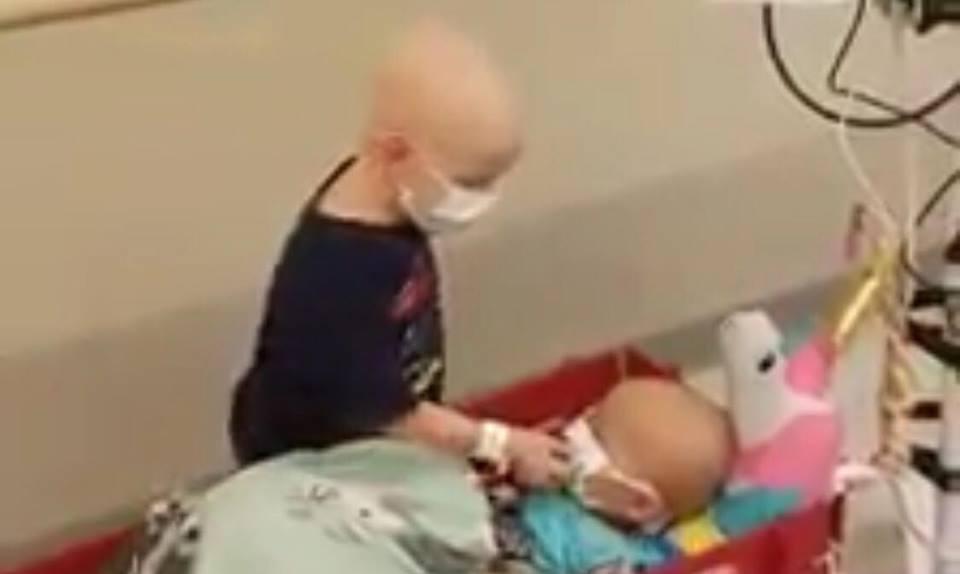 Rørende optagelse: flere millioner er blevet bevæget efter at have set den lille kræftsyge dreng hjælpe sin ven på hospitalet