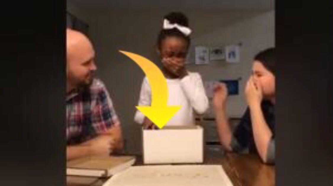 Se øjeblikket hvor 10-årig pige får at vide at, hun er adopteret - reaktionen er yderst rørende