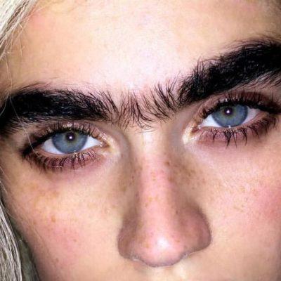 22-åriget model lader sine hår gro: Folk væmmes når de ser hende på nettet - her er hendes modsvar