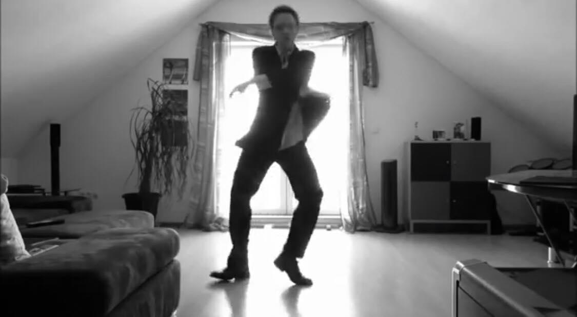 Han satte et kamera op på sit værelse for at danse - Dog havde han ikke regnet med at videoen snart ville have 50 millioner visninger