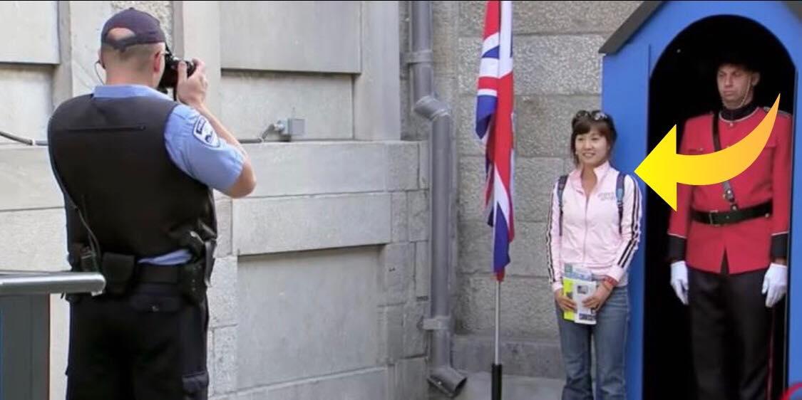 Turist får taget et billede sammen med garder - da hun ser billedet bag efter kan hun ikke lade være med at grine!