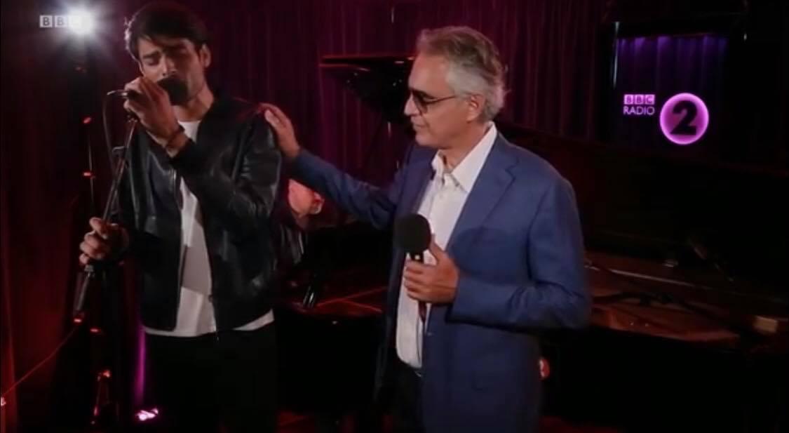 Andrea Bocelli og søn synger ny rørende duet: Sangvalget får hele verden til at bryde ud i tårer