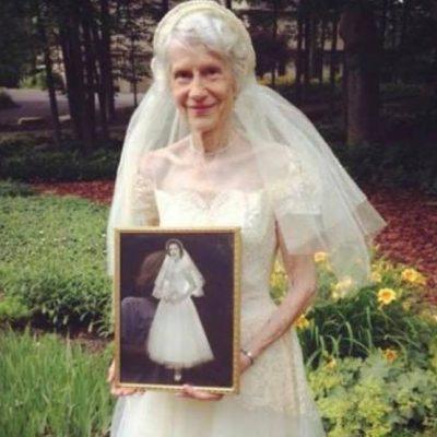 Bedstemor tager sin brudekjole på igen efter 63 år - Billedet vækker nu stærke følelser