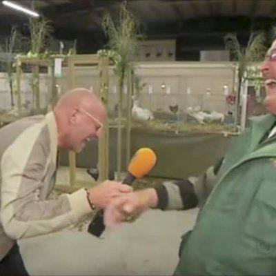 Kyllingefarmer bliver interviewet af en journalist - pludseligt sker det der nu har fået hele verden til at grine højlydt!