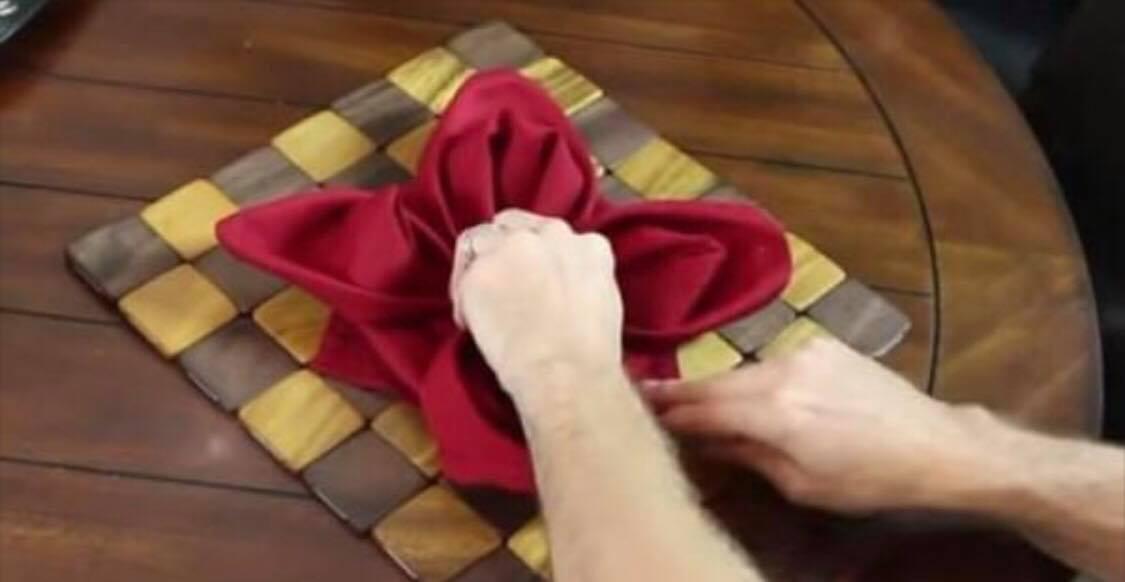 Imponer dine gæster med en af disse 9 forbløffende metoder til at folde servietter til middagen