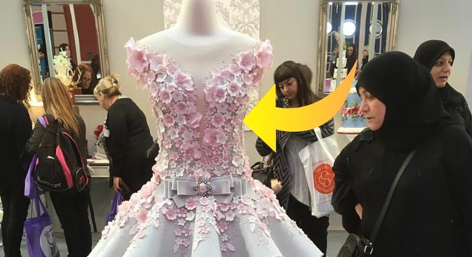 Det ligner blot en almindelig smuk brudekjole - men hemmeligheden bag den, har chokeret hele verden