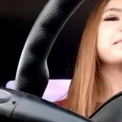 Ung kvinde begynder at filme i sin bil - få sekunder senere optager hun noget forfærdeligt