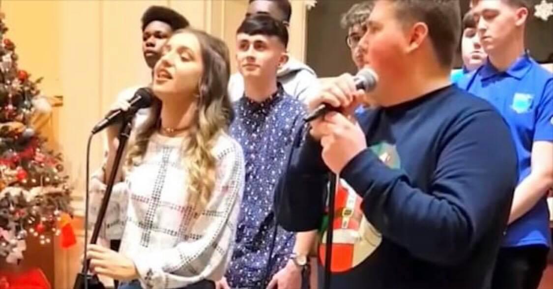 To teenagere forberede sig til at synge nummeret ''Shallow'' - Se drengens reaktion da hun begynder at synge